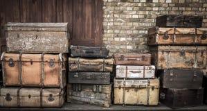 Lederne Koffer der Weinlese stapelten vertikal - Spreewald, Deutschland stockfoto