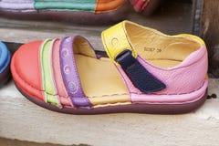 Lederne marokkanische Schuhe für Verkauf Stockbild