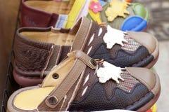 Lederne marokkanische Schuhe für Verkauf Stockfotos