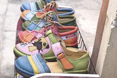 Lederne marokkanische Schuhe für Verkauf Stockfotografie