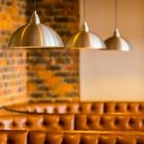 Lederne Restaurantstände Browns mit hängenden Edelstahldeckenleuchten lizenzfreies stockfoto