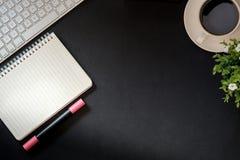 Lederne Schreibtischtabelle des Büros mit Computer Stockfotos