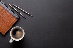 Lederne Schreibtischtabelle des Büros mit Notizblock und Kaffee Lizenzfreies Stockbild