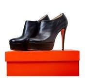 Lederne Schuhe auf einem Kasten Lizenzfreies Stockbild