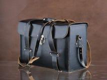 Lederne schwarze Tasche für photocamera und Zusätze Stockfotos