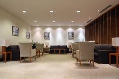 Lederne Sofas, Lehnsessel und Tabellen im Büro Lizenzfreies Stockfoto