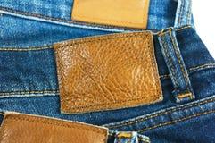 Lederner Aufkleber auf Blue Jeans Lizenzfreie Stockfotos