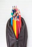 Lederner Bleistiftkasten und -bleistifte auf Papier. Stockbild