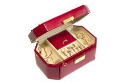Lederner Kasten mit Goldschmucksachen auf Weiß Lizenzfreie Stockfotografie