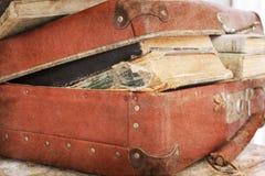 Lederner Koffer gefüllt mit Büchern Stockfotografie