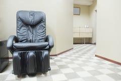 Lederner Massage-Stuhl stockbilder