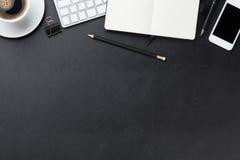 Lederner Schreibtisch des Büros mit Computer, Versorgungen und Kaffee stockbild