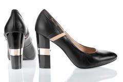 Lederner Schuh der schönen Frauen mit glänzenden Fersen Lizenzfreie Stockbilder