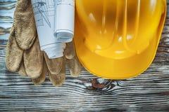 Lederner Schutzhandschuhbau plant Schutzhelm auf Weinlese lizenzfreies stockfoto