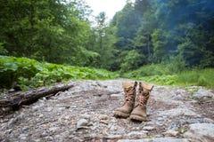 Lederner Wanderstiefel im Wald wagt und reist, Lebensstil Lizenzfreies Stockfoto
