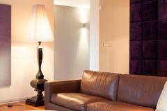 Ledernes braunes Sofa innerhalb des teuren Hauses Lizenzfreies Stockfoto