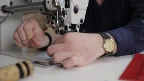 Ledernes Nähen mit einer Nähmaschine Isolat über Weiß stock video