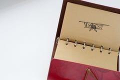 Ledernes Notizbuch mit Stiftbild eines Flugzeuges bereiten Sie für das Addieren des Textes oder des Modells vor Stockfotos