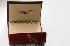 Ledernes Notizbuch mit Stiftbild eines Flugzeuges bereiten Sie für das Addieren des Textes oder des Modells vor Stockbilder