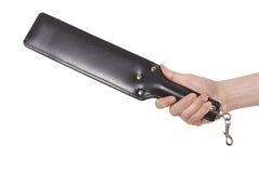 Ledernes schwarzes Vereinigungs-Paddel in der Hand des Mannes lizenzfreie stockfotografie