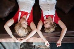 Ledernes Sofa der besten Freunde der Freizeit von oben lizenzfreies stockfoto