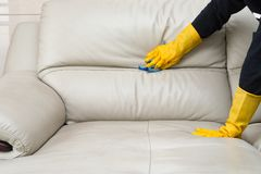 Ledernes Sofa der Reinigung Stockfotografie