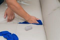 Ledernes Sofa der Reinigung mit Schwamm und Tüchern Lizenzfreies Stockbild