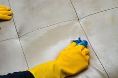 Ledernes Sofa der Reinigung zu Hause mit nassem Tuch Stockfotografie