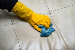 Ledernes Sofa der Reinigung zu Hause mit Tuch Lizenzfreies Stockfoto