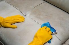 Ledernes Sofa der Reinigung zu Hause mit Tuch Stockfoto