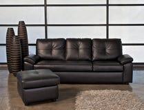 Ledernes Sofa im Büro Lizenzfreie Stockbilder