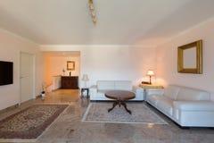 Ledernes Sofa im Wohnzimmer stockfotografie