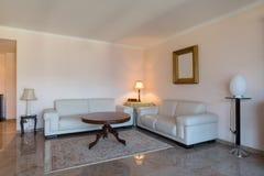 Ledernes Sofa im Wohnzimmer stockbilder