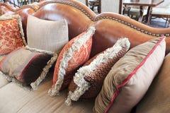 Ledernes Sofa mit Kissen Stockfoto