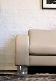 Ledernes Sofa und Backsteinmauer lizenzfreie stockfotografie