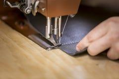 Ledernes Stück genäht auf einer Handelsnähmaschine lizenzfreies stockfoto