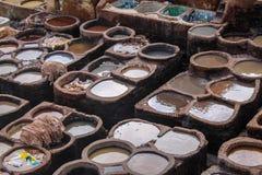 Ledernes Sterben in einer traditionellen Gerberei in der Stadt von Fez lizenzfreie stockfotos