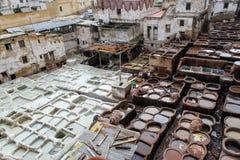 Ledernes Sterben in einer traditionellen Gerberei in der Stadt von Fez lizenzfreies stockfoto