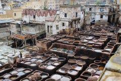 Ledernes Sterben in einer traditionellen Gerberei in der Stadt von Fez stockfoto