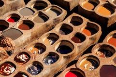 Ledernes Sterben in einer traditionellen Gerberei in Fes, Marokko Lizenzfreies Stockfoto