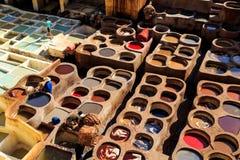 Ledernes Sterben in einer traditionellen Gerberei in Fes, Marokko Lizenzfreie Stockfotografie