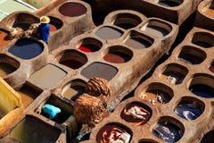 Ledernes Sterben in einer traditionellen Gerberei in Fes, Marokko Lizenzfreies Stockbild