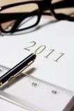 Ledernes Tagebuch 2011 mit Feder und Tabellierprogramm Stockfotografie