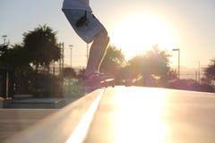 Ledge Grind op een Skateboard Stock Foto's