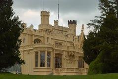 Lednice,捷克Republi - 2013年5月07日:与庭院5月,南摩拉维亚的美丽的城堡Lednice 免版税库存照片
