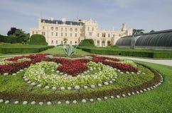 Lednice chateau med den franska stilträdgården Arkivfoto