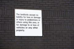 Ledning accepterar inget ansvar för förlust av innehåll, eller skada till motorfordon undertecknar fotografering för bildbyråer