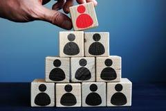 Ledning och ledarskap i affär skära i tärningar pyramiden arkivbilder