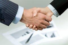 ledsar handskakningen Fotografering för Bildbyråer