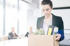 Ledsen affärskvinna Leaving Job royaltyfri foto